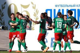 Футболисты «Локомотива» празднуют гол в матче с «Динамо»