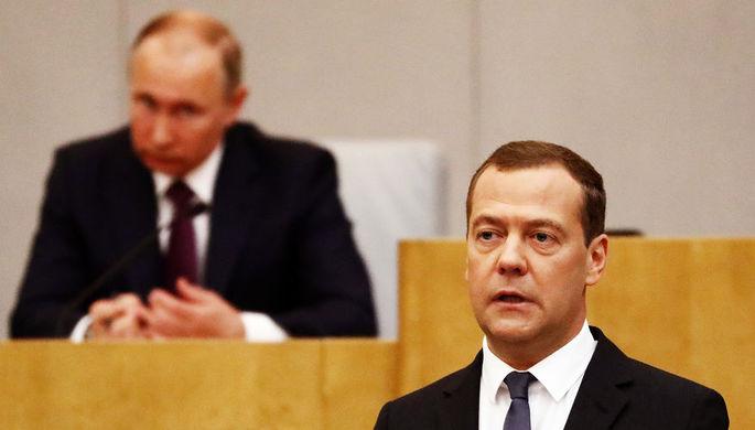 Президент России Владимир Путин и и.о. премьера страны Дмитрий Медведев перед утверждением в...