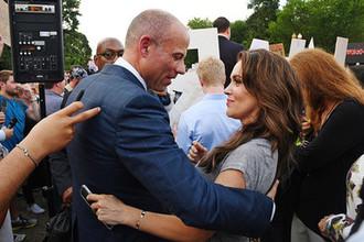 Адвокат Майкл Авенатти и актриса Алисса Милано во время демонстрации около Белого дома в Вашингтоне, июль 2018 года