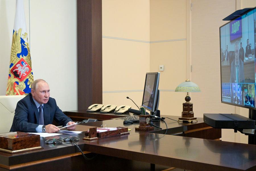 Президент России Владимир Путин во время встречи сизбранными главами субъектов РФ врежиме видеоконференции врезиденции Ново-Огарево, 25сентября 2021года