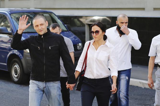 Лидер «Левого фронта» Сергей Удальцов и его супруга Анастасия перед пресс-конференцией в Москве, 10 августа 2017 года