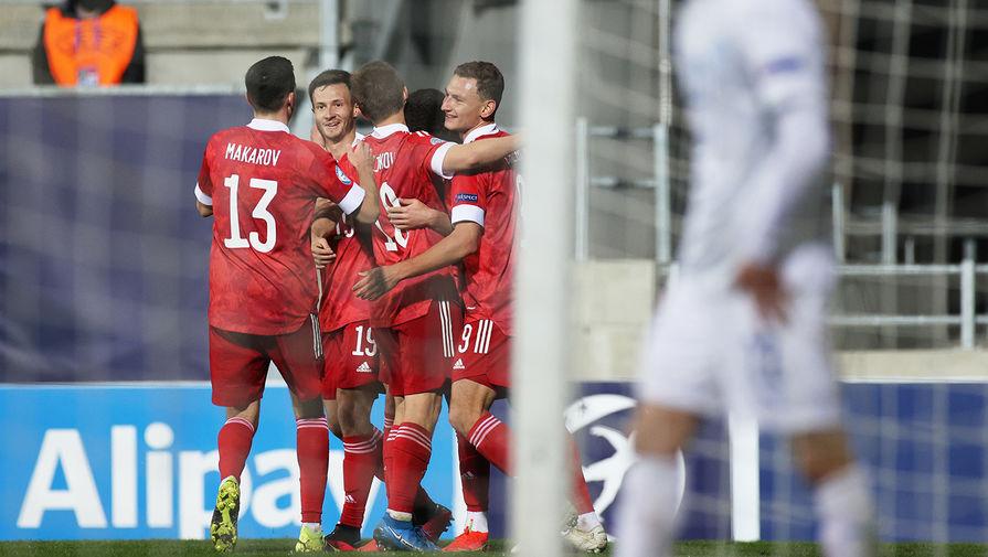 Игроки молодежной сборной России радуются забитому мячу в матче 1-го тура группового этапа чемпионата Европы по футболу 2021 среди молодежных команд между сборными России и Исландии, 25 марта 2021 года