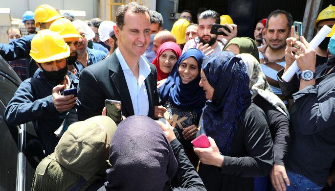 Президент Сирии Башар Асад во время общения с избирателями на заводе в городе Хассия, 3 мая 2021 года