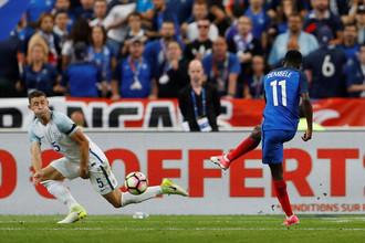 Усман Дембеле (спрва) забивает победный мяч