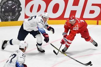 Хоккеист сборной США Брэди Шей и игрок сборной России Сергей Андронов.