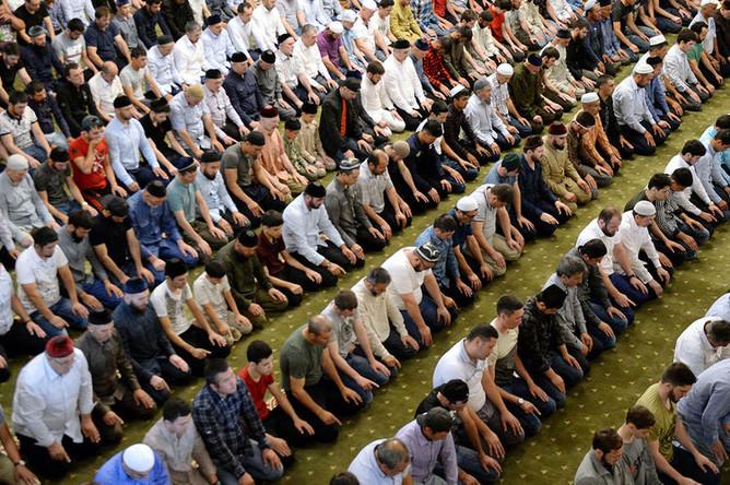 Мусульмане во время праздничной молитвы в мечети «Сердце Чечни» имени А. Кадырова в Грозном, 4 июня 2019 года
