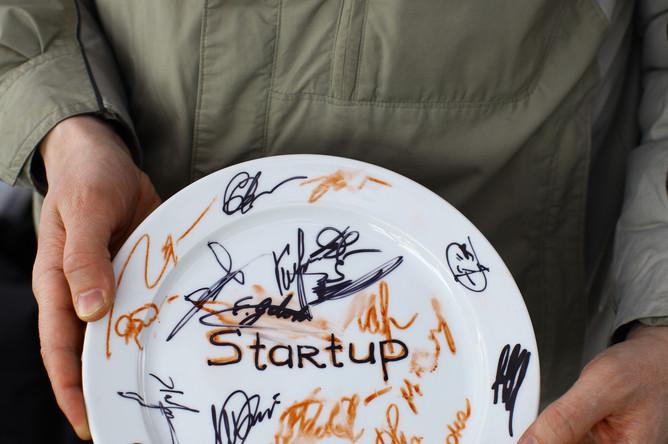 Традиционная тарелка с подписями всех членов группы