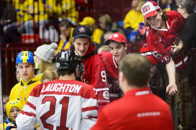 Капитан канадцев Скотт Лаутон общается со зрителями.