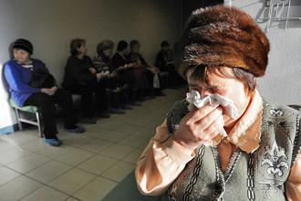 Пациенты в очереди на прием к врачу в городской поликлинике