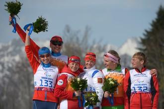 Ведущий Алексей Иванов и Михалина Лысова, серебряные призеры в лыжных гонках на Паралимпиаде