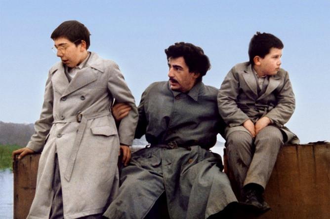 «Папа в командировке» (1985)Продолжив линию «взгляд на время глазами ребенка», Кустурица снял фильм о послевоенной Югославии — и завоевал признание соотечественников и «Золотую пальмовую ветвь» на Каннском кинофестивале