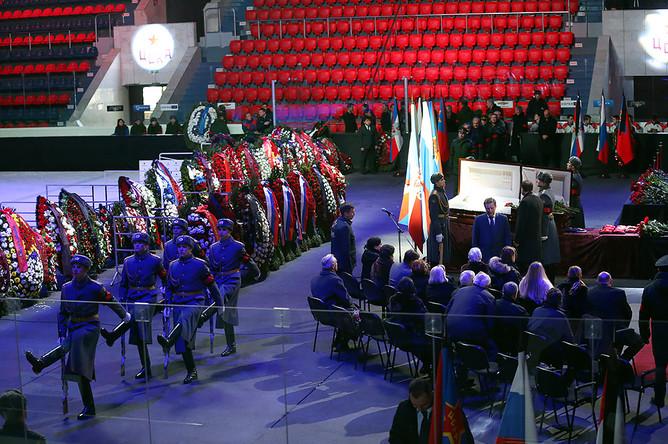 Прощание с хоккейным тренером Виктором Тихоновым в Москве