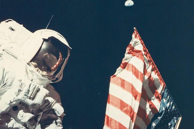 Снимок, сделанный Юджином Сернаном, «последним» человеком на Луне.Фотография астронавта Харрисона Шмитта, сделанная в декабре 1972 годана поверхности Луны, где видна Земля поверх американского флага, быланазвана «одной из величайших фотографий космической программы»