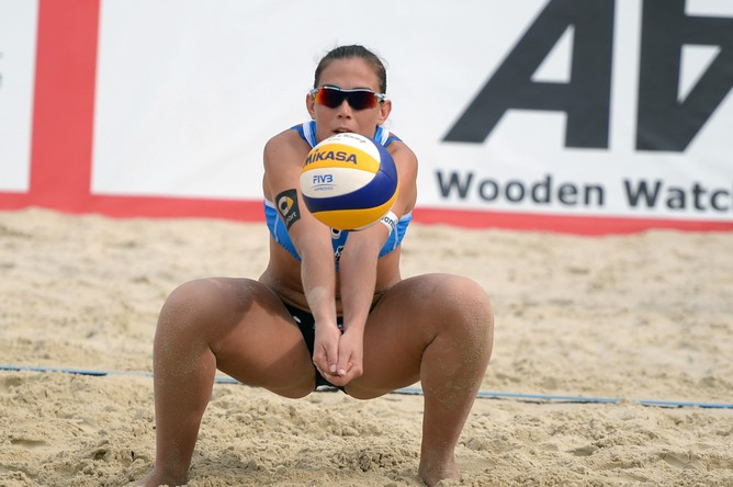 Игрок сборной Италии Виктория Орси Тот в матче за 3-е место женского турнира этапа «Большого шлема» по пляжному волейболу между командами Италии и Китая