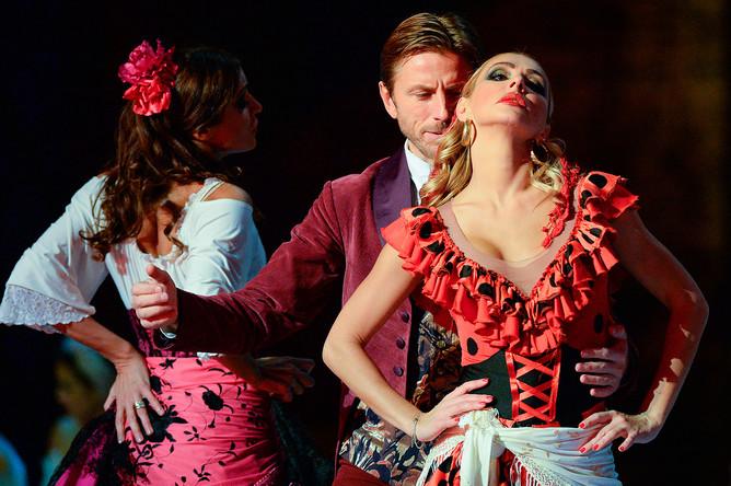 Фигуристы Маргарита Дробязко, Повилас Ванагас и Татьяна Навка (слева направо) в сцене из ледового мюзикла «Кармен» в постановке Ильи Авербуха