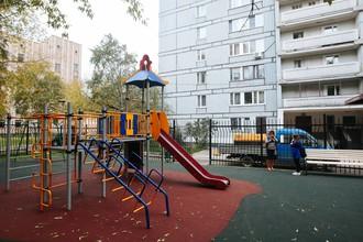 В одном из дворов в Гороховском переулке в ЦАО на деньги от парковок построена детская площадка. Игровая зона здесь огорожена от проезжей части забором, оснащена специальным покрытием и лавочками.