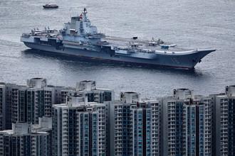 Китайский авианесущий крейсер «Ляонин» в Гонконге, июль 2017 года