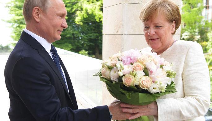 Президент России Владимир Путин и федеральный канцлер ФРГ Ангела Меркель во время встречи в Сочи, 18...