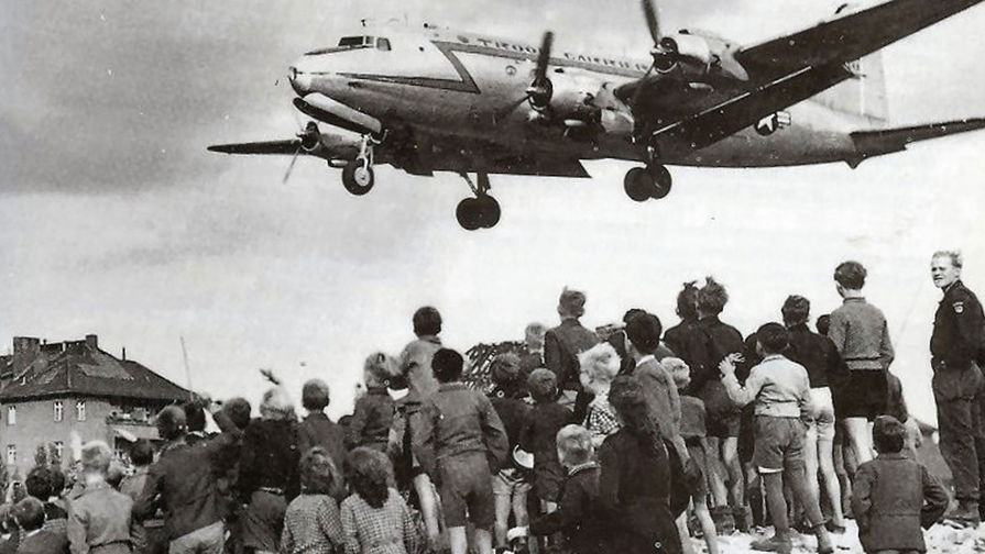 Берлинцы наблюдают за посадкой «изюмного бомбардировщика». 1948 год