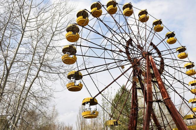 Колесо обозрения в заброшенном парке аттракционов на территории зоны отчуждения ЧАЭС, 2017 год