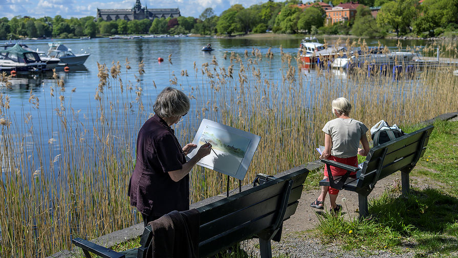 Две женщины в одном из парков в Стокгольме, 26 мая 2020 года