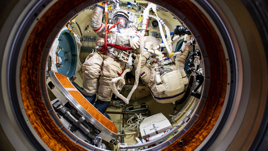 Российские космонавты нашли и залатали еще три трещины на МКС