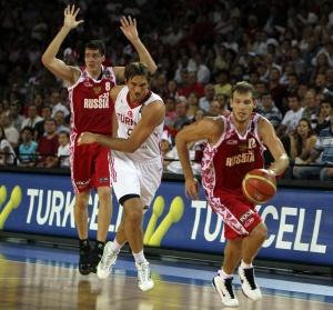 Александр Каун (на дальнем плане) и Сергей Моня в матче против Турции