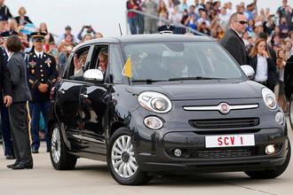 Папа римский Франциск в автомобиле Fiat 500 во время визита в США