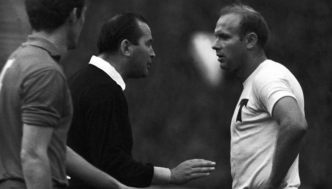 1968 год. Эдуард Стрельцов (справа) во время разговора с судьей