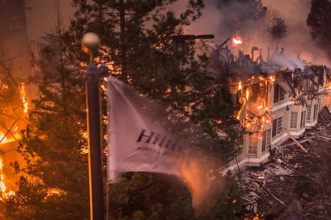 Сгоревший отель Hilton после лесного пожара в городе Санта-Роза, Калифорния, 9 октября 2017 года