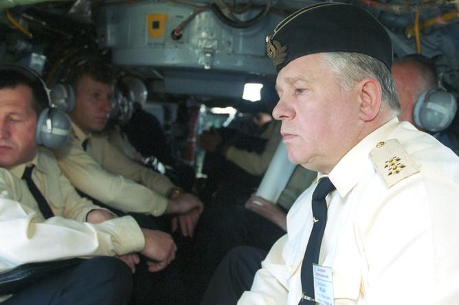 Руководитель экспедиции особого назначения Северного флота вице-адмирал Михаил Моцак во время облета на вертолете района гибели АПЛ «Курск», 20 июля 2001 года