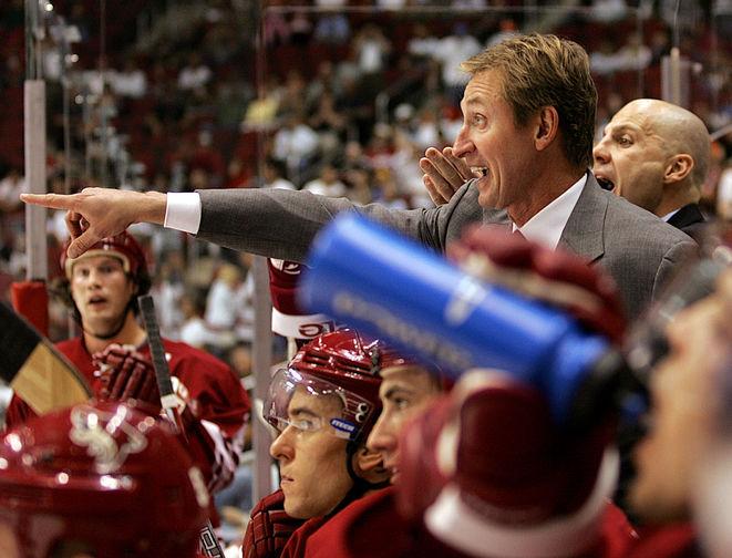 С 2000 по 2009 Гретцки был совладельцем клуба НХЛ «Финикс Койотис», с 2005 по 2009 тренировал команду. В 2002 году сборная Канады, где Гретцки был генеральным менеджером, стала победителем олимпийского турнира по хоккею. На фото Гретцки во время игры его подопечных из «Финикс Койотис» против «Лос-Анджелес Кингз» в 2005 году