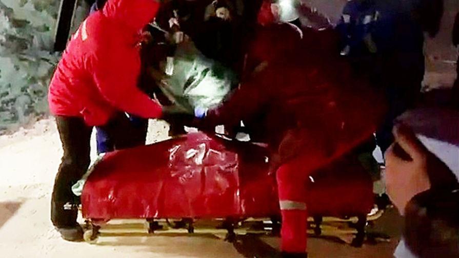 Эвакуация пострадавшего при обрушении в цеху на Норильской обогатительной фабрике
