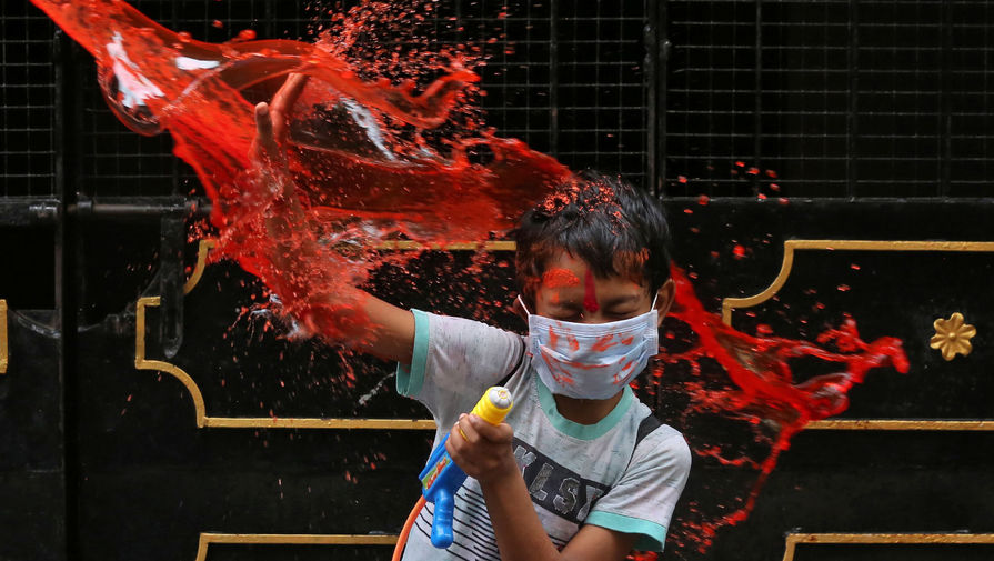 Участник фестиваля Холи в Ченнаи, Индия, 29 марта 2021 года