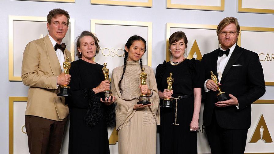 Номинация <b>&laquo;Лучший фильм года&raquo;</b> &mdash; <b>&laquo;Земля кочевников&raquo;</b>. Актер Питер Спирс, актриса Фрэнсис Макдормэнд, режиссер Хлоя Чжао, продюсеры Моллье Ашер и Дэн Джанви со статуэтками