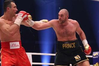 Тайсон Фьюри (справа) побеждает Владимира Кличко в первом бою