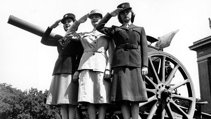 Военнослужащие женского вспомогательного корпуса (WAACS) армии США во время презентации униформы в Вашингтоне, май 1942 года