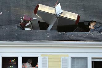 Пожарные на месте крушения легкомоторного самолета в городе Метуен, штат Массачусетс, 28 февраля 2017 года. Пилот погиб, никто в доме не пострадал
