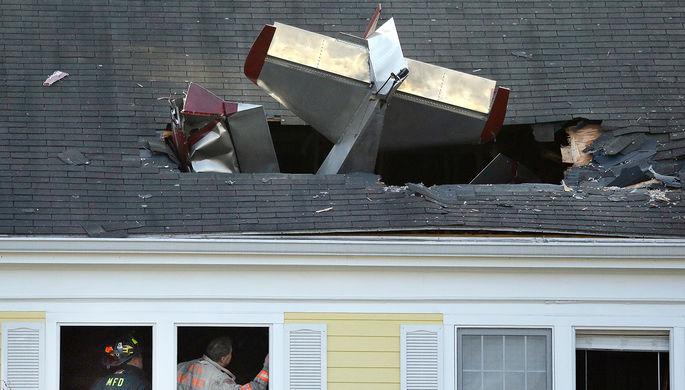 Пожарные на месте крушения легкомоторного самолета в городе Метуен, штат Массачусетс, 28 февраля...