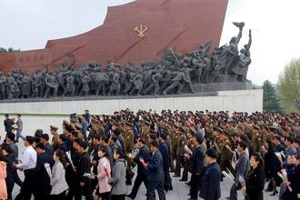 Люди около памятника социалистической революции в Пхеньяне. Фотография опубликована агентством ЦТАК 25 апреля 2017 года, в день 85-летней годовщины основания Корейской народной армии