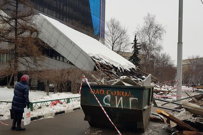 Последствия обрушения навеса над входом в здание Института «Гидропроект» на Волоколамском шоссе, 1 февраля 2019 года