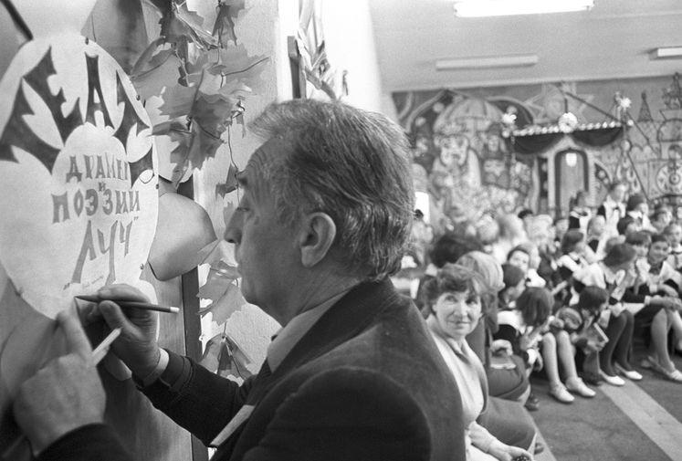 Итальянский писатель Джанни Родари во время посещения детского театра драмы и поэзии «Луч» городского Дворца пионеров и школьников в Ярославле, 1979 год
