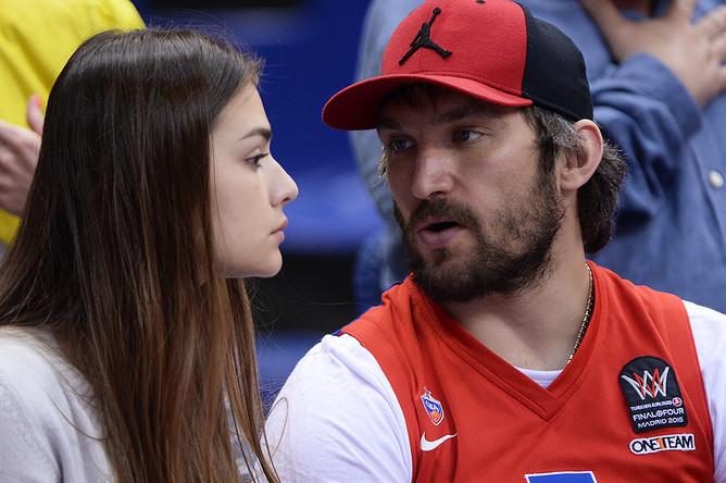 Александр Овечкин со своей девушкой — актрисой Анастасией Шубской на матче 1/2 финала Единой Лиги ВТБ, 2015 год