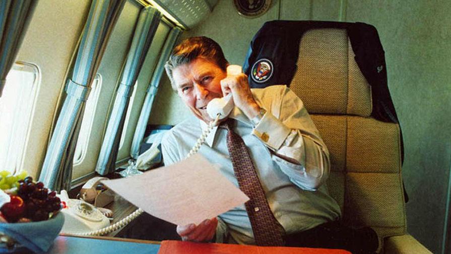 Рональд Рейган во время работы на борту номер один, 1986 год