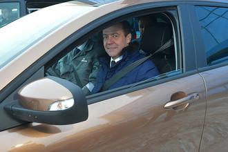 Дмитрий Медведев прокатился по территории завода в автомобиле Lada X-Ray цвета «пума» во время посещения ОАО «АвтоВАЗ» в Тольятти