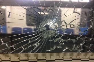 Разбитые стекла в вагоне поезда