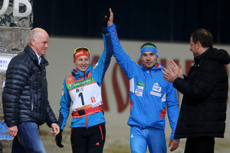 Президент IBU Андерс Бессеберг (слева) словацкая спортсменка Анастасия Кузьмина и ее брат Антон Шипулин.