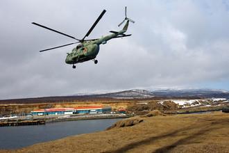 Военный вертолет Ми-8 на острове Итуруп в Сахалинской области, 2007 год