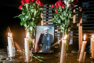 Цветы у портрета художественного руководителя театра «Практика» Дмитрия Брусникина у здания театра в Большом Козихинском переулке, 9 августа 2018 года