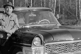 Генсек ЦК КПСС Леонид Ильич Брежнев у автомобиля ГАЗ-13 «Чайка» на отдыхе в Подмосковье, 1972 год